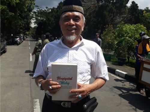 Ketua JAI Bandung Tengah, Mansyur Ahmad Membantah Tuduhan Buku Haqiqatul Wahy merupakan Kitab Suci Ahmadiyah (foto: Julia Alazka untuk BBC News Indonesia)