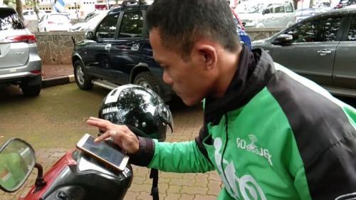 Seorang Driver Ojek Online Menggunakan GPS (Taufik Budi)