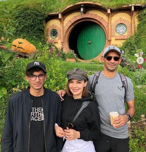 Nana dan keluarganya pun menyempatkan diri datang ke rumah Hobbit.