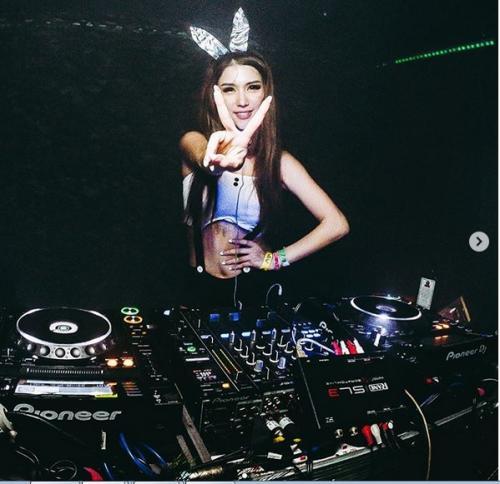 Hot, Begini Gaya Mama Muda DJ Jade yang Bagikan ASI-nya : Okezone