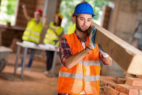 Pria membawa kayu