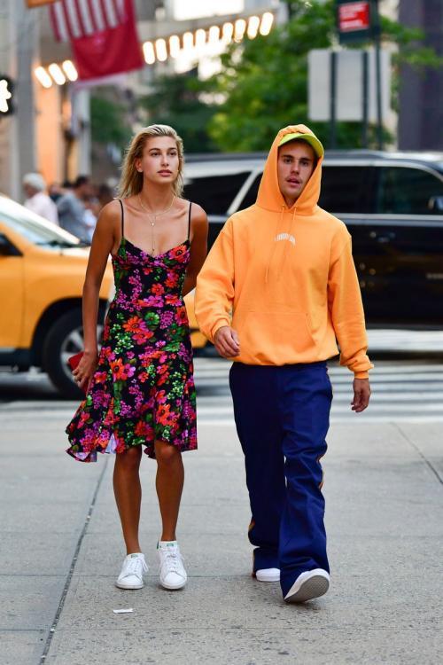 Menurut sumber kala itu, Justin mengatakan sampai menangis emosional kepada Hailey, bahwa ia sudah tak sabar menikahinya.