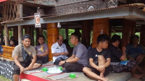 Warga beristirahat setelah upacara Rambu Solo (foto: BBC News Indonesia)