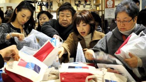 pembeli berebut tas
