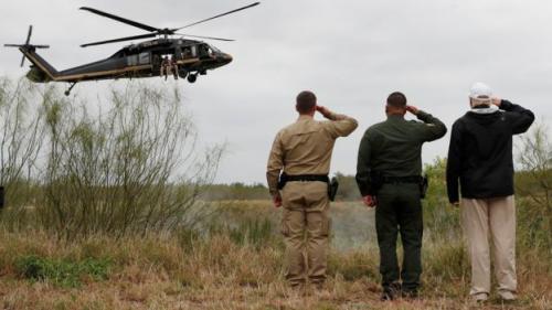Presiden Trump memberikan salut saat helikopter patroli perbatasan trerbang di atas sungai Rio Grande. (Reuters)