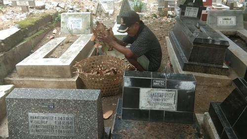 Mbah Turus, Salah Satu Penyapu di TPU Bergota, Semarang, Jawa Tengah (foto: Taufik B/Okezone)