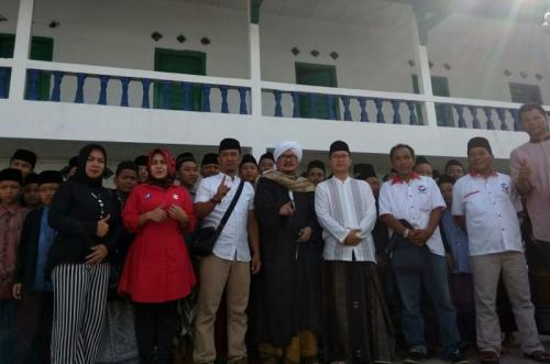 Ketua Umum DPP Majelis Dzikir Al-Ittihad Perindo, Habib Achmad bin Abdullah Jindan berfoto bersama dengan para Santri Pesantren Al-Munawar Jarnauziyah Mangkubumi Kota Tasikmalaya (foto: Jani Noor/Sind