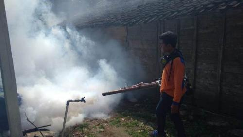 Rescue Perindo Jatim lakukan fogging di Bojonegoro. (Foto: Avirista Midaada/Okezone)