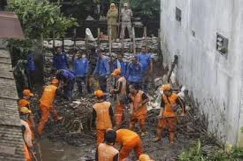 Petugas evakuasi pasca-jebolnya Tanggul Baswedan