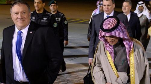 Pompeo tiba di Riyadh dengan disambut Menlu Saudi, Adel al-Jubeir. (Reuters)