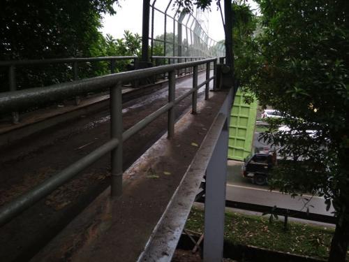 Proses Evakuasi Bak Truk Tersangkut di JPO Tol Jakarta-Merak (foto: Anggun Tifani/Okezone)