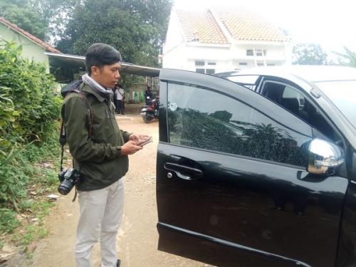 Mobil ustazah di Depok ditembak OTK. (Foto : Wahyu Muntinanto/Okezone)
