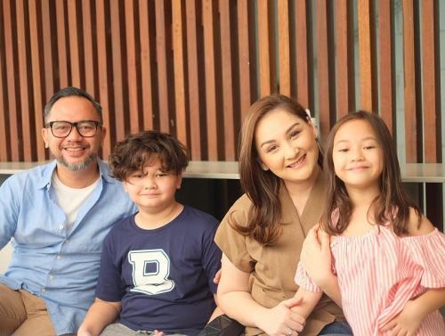 Mona Ratuliu bersama keluarga