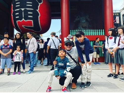 Tapi tentu liburan ke Jepang komplit bersama keempat anak-anaknya bukanlah yang masalah untuk Sule bukan?