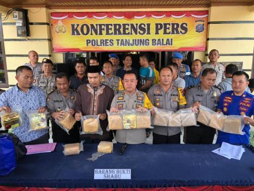 Polres Tanjung Balai Gelar Perkara Dua Anggota Sindikat Narkoba Internasional Indonesia-Malaysia yang Ditembak Mati saat Hendak Ditangkap (foto: Wahyudi A/Okezone)