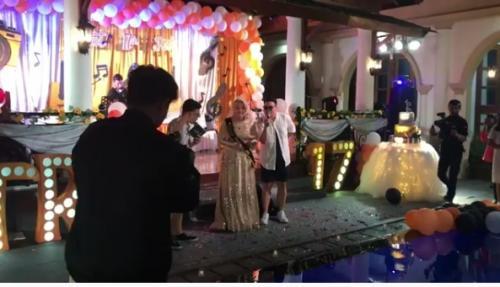 Terlihat Sule membuatkan pesta ulang tahun Sweet Seventeen besar-besaran, mewah dan meriah untuk sang putri tercinta.