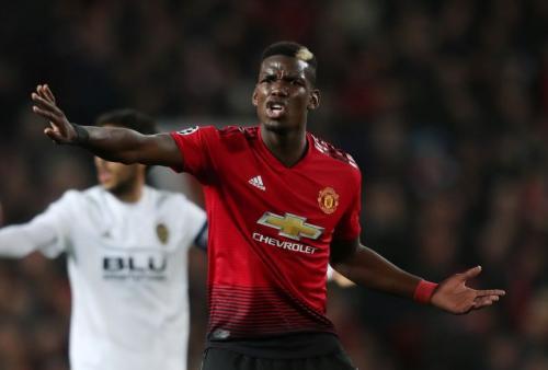 Paul Pogba memberi instruksi kepada rekannya (Foto: Reuters)