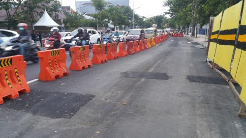 Jalan Raya Gubeng retak. (Foto : Syaiful Islam/Okezone)