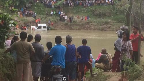 Mobil nyemplung ke Sungai Wangu, Langkat, Sumut. (Foto : Wahyudi Aulia Siregar/Okezone)