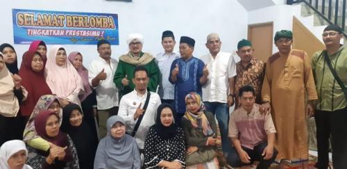 Warga Masjid Jami Assalam Berfoto bersama Setelah Menerima Bantuan dari Majelis Dzikir Al-Ittihad Perindo (foto: Jani Noor)