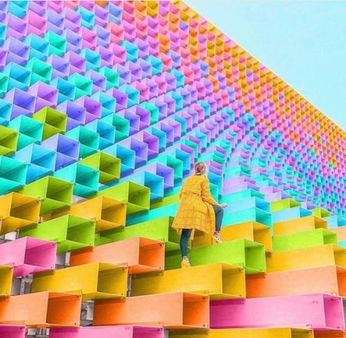 memberikan pemandangan yang luar biasa, seperti museum yang modern, kota metropolis, dan sebagainya.