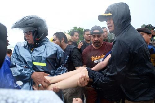 Bupati Gowa Turun Langsung Evakuasi Warga di Pallangga (foto: Ist)