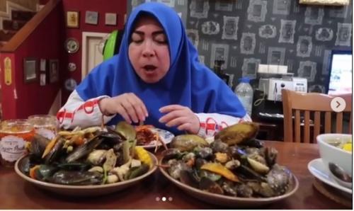 apakah jadi ingin menyantap seafood setelah melihat Melly menyantap dengan lahap