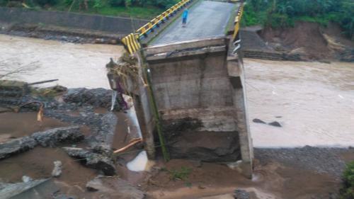 Jembatan Bambu Darurat untuk Menaiki Jembatan Jenelata yang Putus Diterjang Banjir Sulsel (foto: Herman/Okezone)