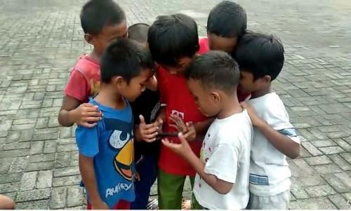Anak-Anak Main Gadget