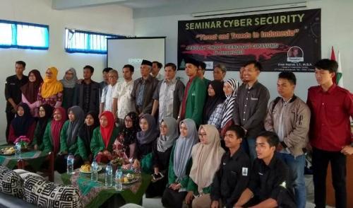 Head of Innovation Center MNC Group, Irvan Nasrun (tengah) berfoto bersama dengan Civitas Akademika STT Cipasung setelah Seminar Cyber Security di Kampus STTC, Jalan Singaparna, Tasikmalaya (Jani Noor/Sindonews)