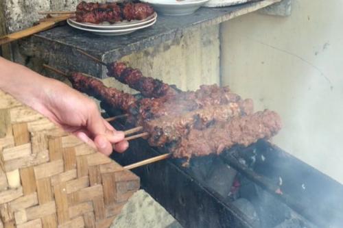 Kabir menjelaskan dirinya dapat meracik resep dan bumbu sate gebug yang khas berkat didikan sang ayah Tjipto Sugiono