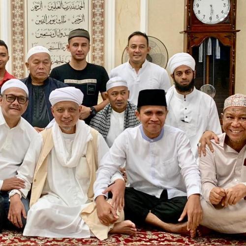 Arifin Ilham bersama kerabat