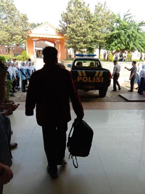 Guru Berinisial HM Diamankan Polisi Usai Didemo Siswa karena Diduga Melakukan Pelecehan Seksual di SMP Negeri 1 Slogohimo, Wonogiri, Jateng (foto: Bramantyo/Okezone)