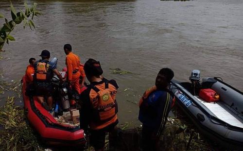 Tim Gabungan mencari mobil dan tiga orang yang tenggelam di Sungai Brantas (Foto : BPBD)