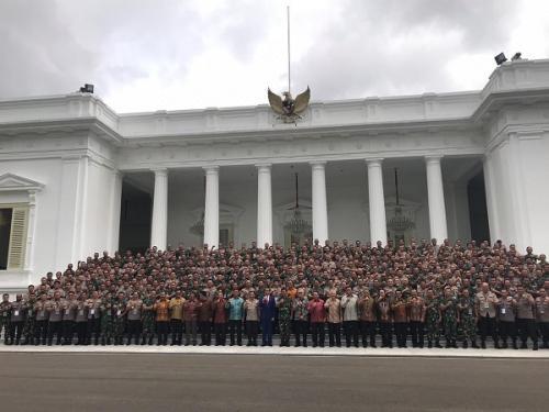 Presiden Jokowi berfoto bersama perwira tinggi TNI/Polri usai rapat pimpinan di Istana Merdeka, Jakarta. (Foto : Fakhrizal Fakhri/Okezone)