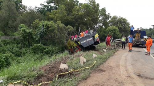 Evakuasi bus terguling di Tol Cipularang
