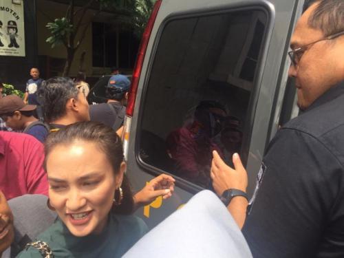 Polda Metro Jaya Serahkan Ratna Sarumpaer ke Kejari Jakarta Selatan (foto: Harits/Okezone)