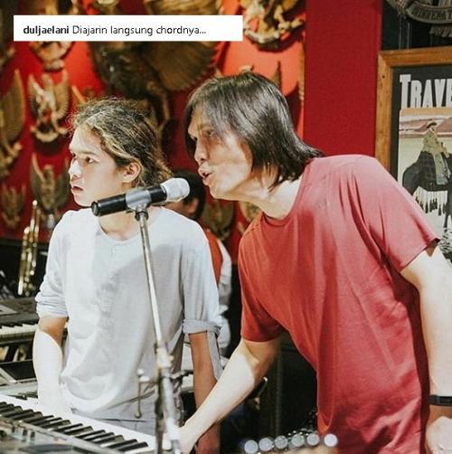Dul Jaelani saat berlatih dengan anggota Band Dewa dibantu oleh sang vokalis Once