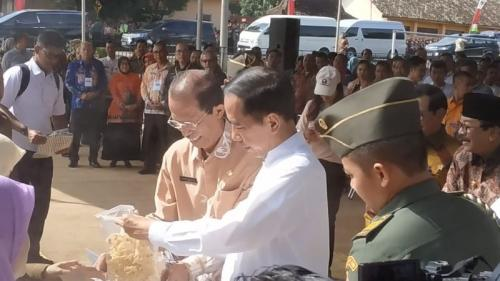 Jokowi beli Rempeyek (Foto: Fakhrizal Fakhri/Okezone)
