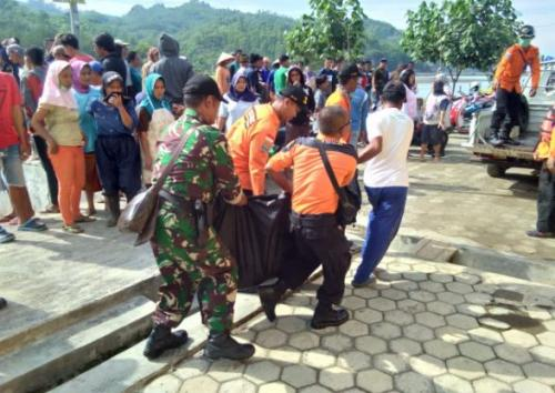 Evakuasi Mayat Korban Tenggelam
