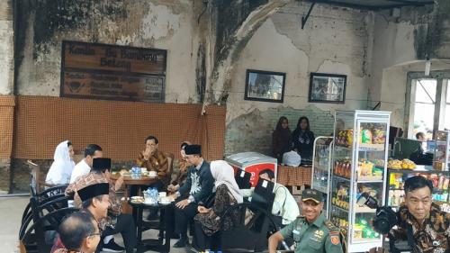 Jokowi ngopi di Benteng Van Den Bosch, Ngawi. (Foto : Fakhrizal Fakhri/Okezone)