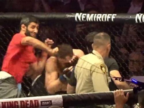 Rekan Khabib memukul McGregor