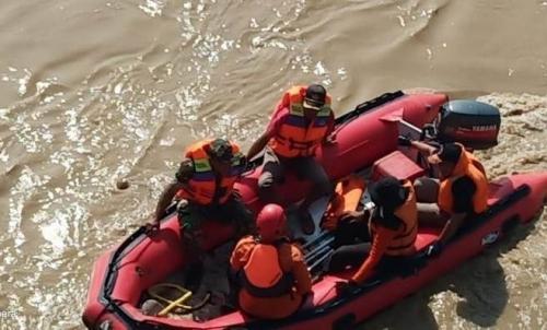 Tim SAR Lakukan Pencarian Terhadap Nova Satya Terawan yang Nekat Menceburkan Diri ke Sungai Bengawan Solo (Avirista Midaada )