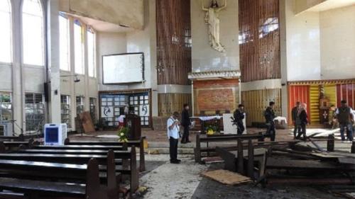 Tentara Filipina memeriksa lokasi ledakan di gereja Katolik pasca terjadinya dua ledakan besar. (Nickee Butlangan/AFP/Getty Images)