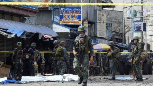 Aparat keamanan Filipina mengamankan lokasi ledakan bom bunuh diri di Gereja Katolik. (Nickee Butlangan/AFP/Getty Images)