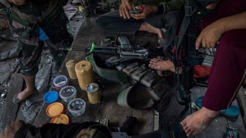 Milisi MILF dan polisi setempat memeriksa bahan peledak yang didapat saat pertempuran 22 Agustus 2017. (Jes Aznar/Getty Images)