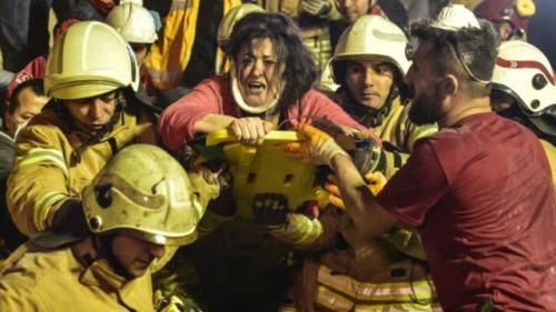 Apartemen di Turki ambruk. (Foto: AP)