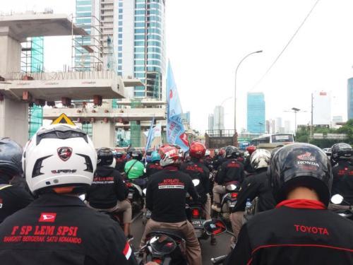 Kemacetan di Fly Over Pancoran Arah Gatot Subroto Akibat Iring-iringan Buruh (foto: Tiara/Okezone)