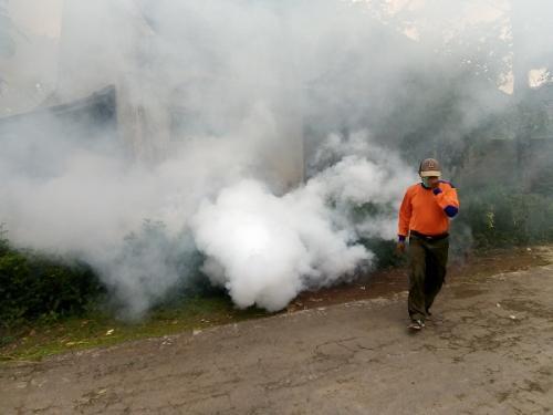 DPD Perindo Sragen fogging permukiman warga. (Foto : Bramantyo/Okezone)