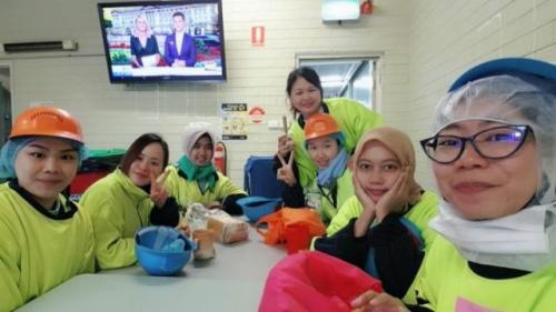 Vita Nur Khasanah (ketiga dari kiri) bersama rekan-rekan kerjanya di pabrik daging. (Foto: Koleksi pribadi Vita)